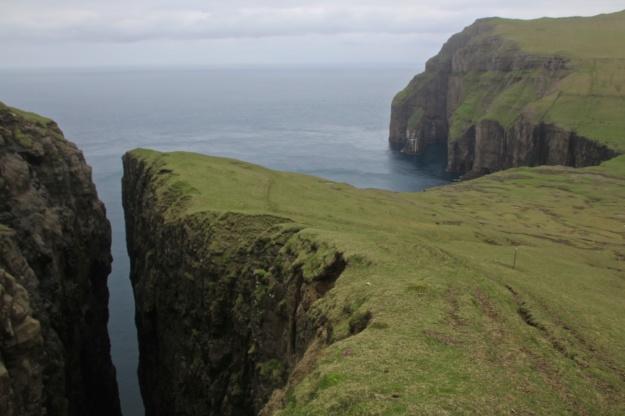 Tvørgjógv and Ásmundarstakkur in the north of Suðuroy.